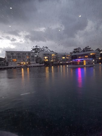 Noosaville, Australia: Passing the ferry in the rain