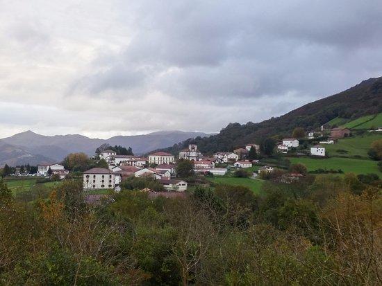 El pueblo de Zugarramurdi al fondo desde el mirador