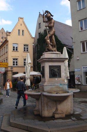 Prachtbrunnen: Фонтан Славы и множество безымянных фонтанов