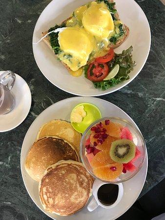 Cafe Soma: Eggs Florentine und Buttermilk Pancakes