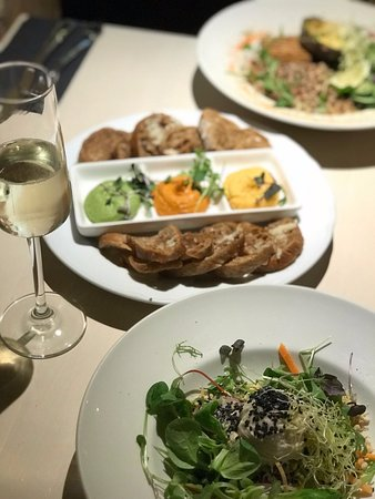 Vegan Restoran V: овощной салат с лапшой и ореховым соусом ,на заднем плане брушеты с соусами