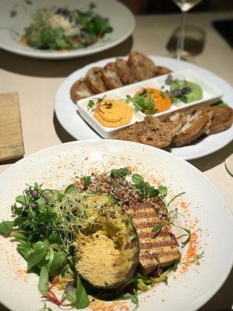 Vegan Restoran V: Паста из цукини ,жареный на гриле тофу и авакадо