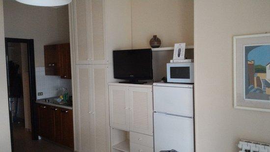 Tv, forno a microonde e angolo cottura, soggiorno. - Picture ...