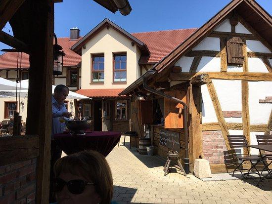 Kusterdingen, Alemania: Biergarten im Hintergrund Eingang zum Gasthof