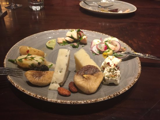 Grand Hyatt Dubai: Selection of Cheeses and Figs from the Turkish Night at The Collective.