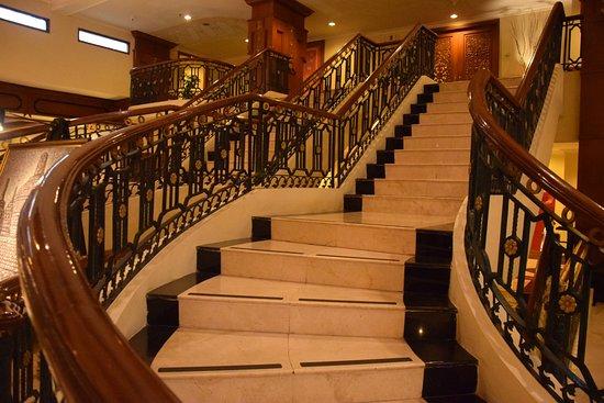 Prime Plaza Hotel Jogjakarta: escalier hall d'entrée
