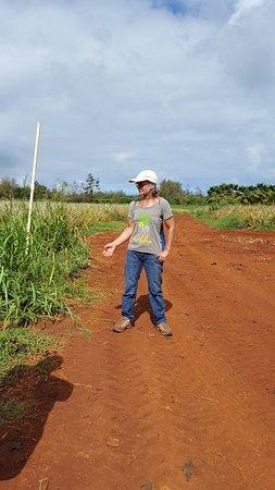 Kilauea, Hawái: Jude sharing her years of pineapple experience.