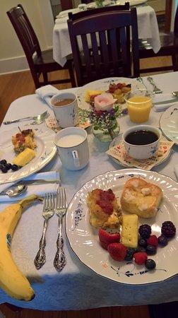 Flatonia, TX: Wonderful breakfast! Kolaches, fresh cassorole, and lovely fruit.