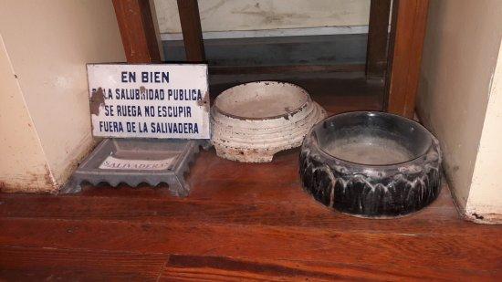 Museo Ferroviario de Campana Victor Luis Capusso: No escupir... fuera de la salivadera...