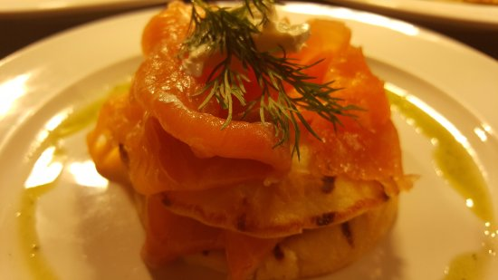 Drogheda, Irland: Smoked Salmon on  potato cakes with creme fraiche & dill.