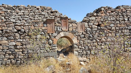 Garni, Armenien: Wall ruins with khatchkars