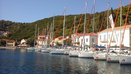 Kioni, กรีซ: A popular place for yachts.