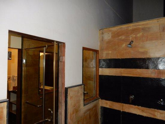 salle de bains avec douche intérieure et extérieure - picture of ... - Photo De Salle De Bain Avec Douche