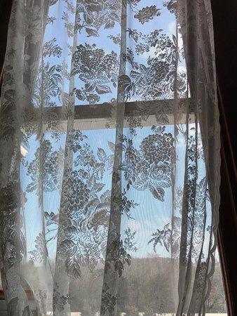 Arcadia, MO: Beautiful lace curtains grace the tall windows.
