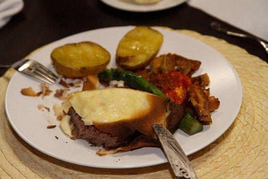 Santa Eulalia de Ronsana, Spanien: Filete crujiente con queso brie, delicioso y en su punto