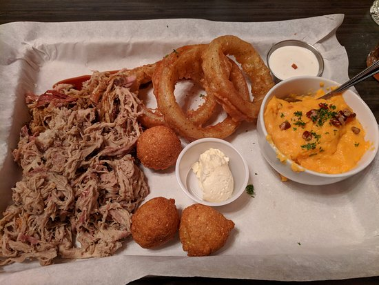 Carrboro, Carolina del Norte: Pulled pork,onion rings, hush puppies and sweet potato