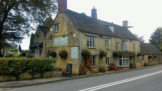 Long Compton, UK: Front view of pub.