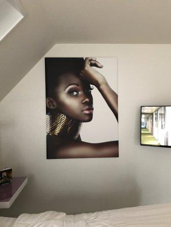 Ballum, Nederland: 'kunst' met ogen die je overal volgen. Is gelukkig van de muur te tillen en om te draaien.