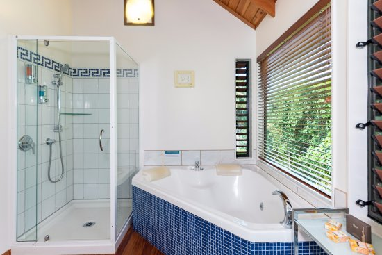 Abri Apartments: The Treetops and The Palms have a double Spa Bath including a separate shower
