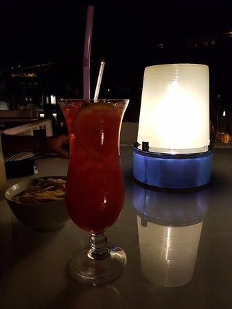 Novotel Athenes: Bebida para apreciar a vista