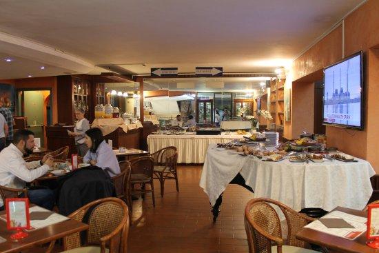 Hotel La Pace: Área de pequeno-almoço