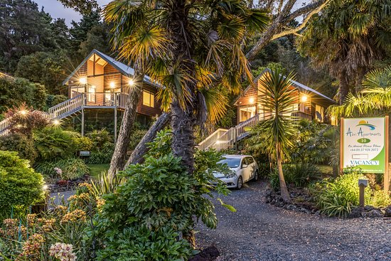 Abri Apartments: The Street Entrance for The Treetops and The Palms at 10 Bayview Road, Paihia