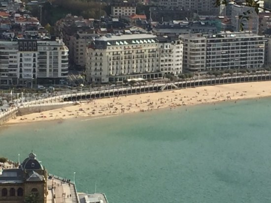 Hotel de Londres y de Inglaterra: Panaroma view from Monte Urgull on hotel and bay