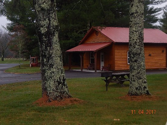 Pineola Inn: cabins behind main Inn