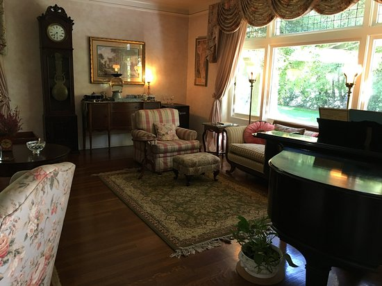 "South Pasadena, Califórnia: Living Room Giant Picture Window and Antique ""Chickering"" Piano"