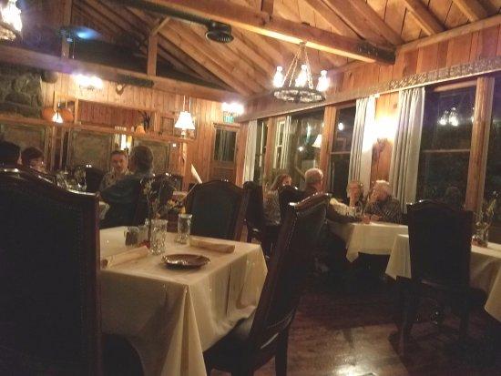 Оукхерст, Калифорния: Dining room from the bar area