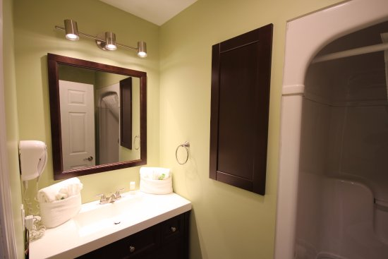 Glen House Resort: One of two bathrooms in chalet 135