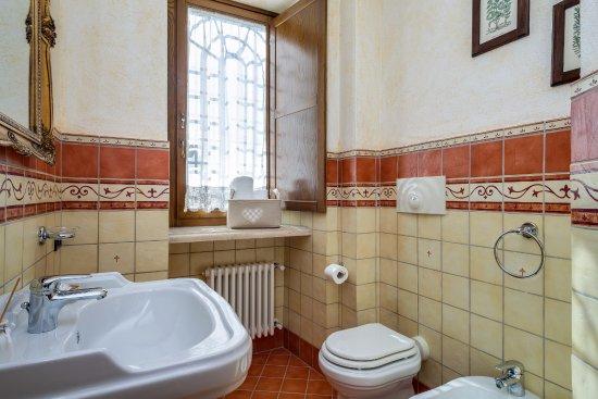 Bagno privato camera con letto matrimoniale alla francese