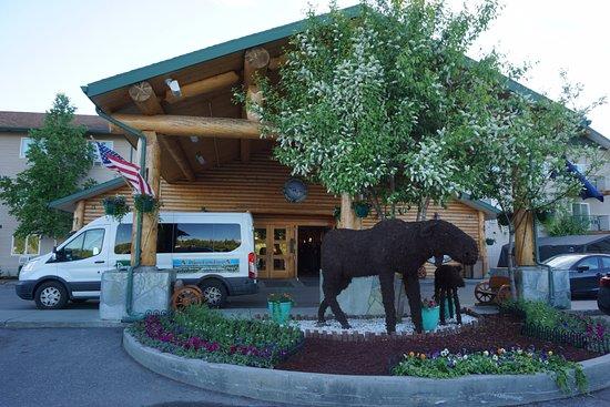 Pike's Waterfront Lodge: entrada do hotel com a van do transfer