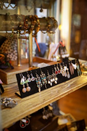 South Pasadena, Kalifornien: Innkeeper Juli's jewelry items on display