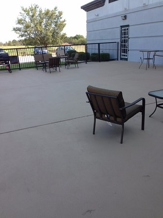 Wingate by Wyndham Bentonville Airport : Patio with complimentary BBQ