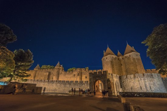 Hotel du Chateau & SPA Carita: Adjacent castle at night