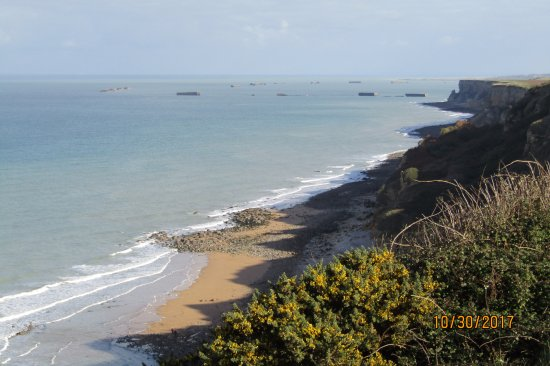 Longues-sur-Mer, ฝรั่งเศส: View north along cost from top of cliff near battery bunkers