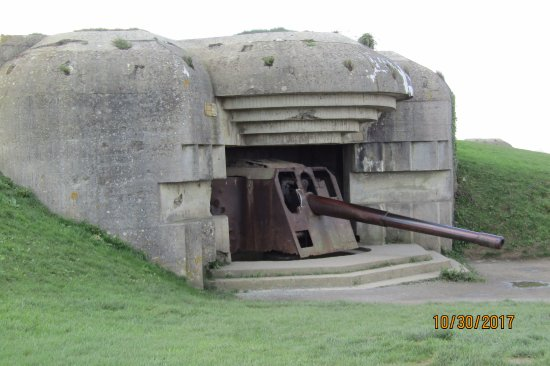 Longues-sur-Mer, Франция: One of the better preserved bunkers with intact cannon