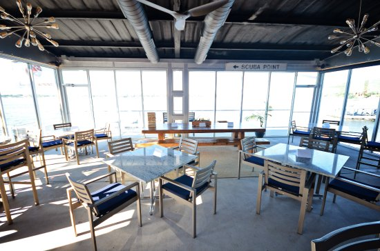 Graford, تكساس: Newly enclosed bar & grill has amazing views of the lake and AC to beat the heat!