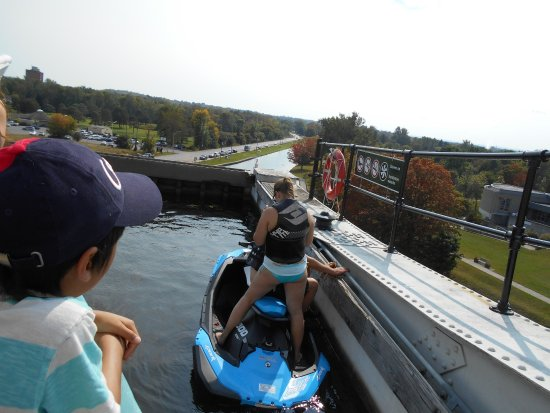 Liftlock and The River Boat Cruises: Sitting in bassin 20 m high