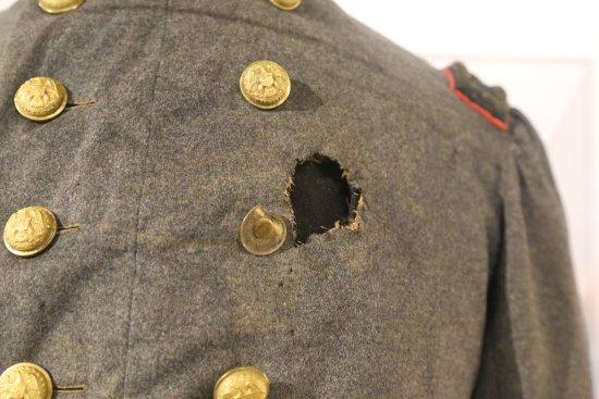 Saratoga Springs, Estado de Nueva York: Bullet hole in Colonel Elmer Ellsworth's uniform coat.