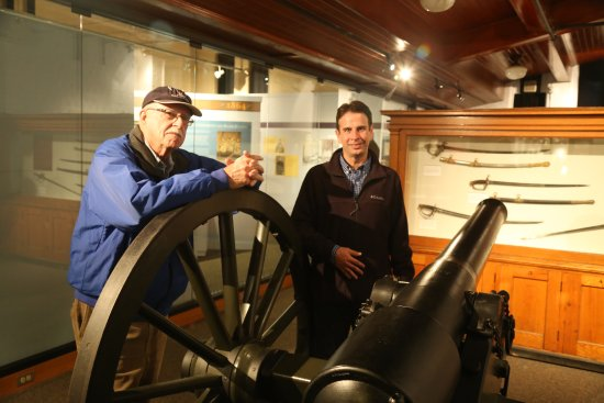 Saratoga Springs, Нью-Йорк: Friend and Assistant Curator with a rifled cannon.