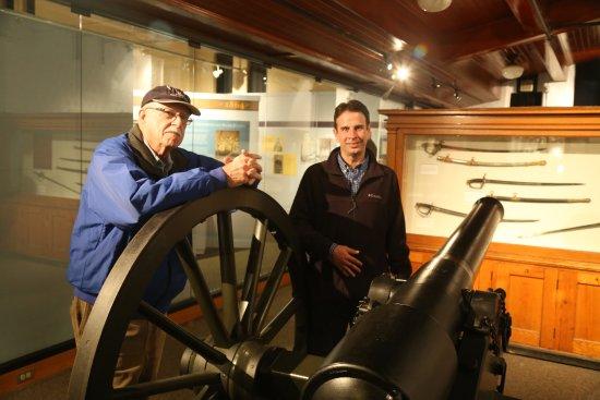 Saratoga Springs, Estado de Nueva York: Friend and Assistant Curator with a rifled cannon.
