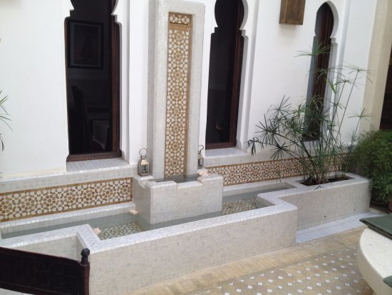 Riad le Clos des Arts : Small pool on the Riad Center Court