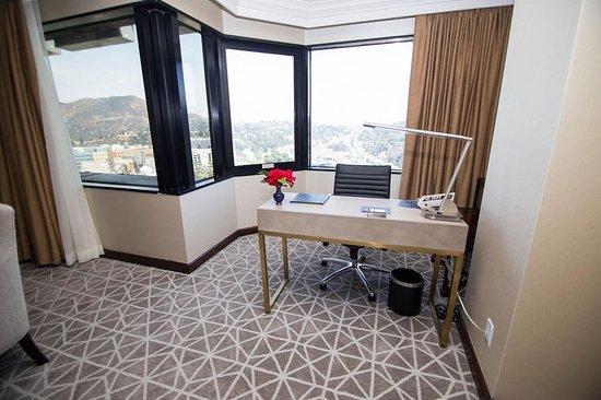 Hilton Los Angeles/Universal City: Director Suite Living Room