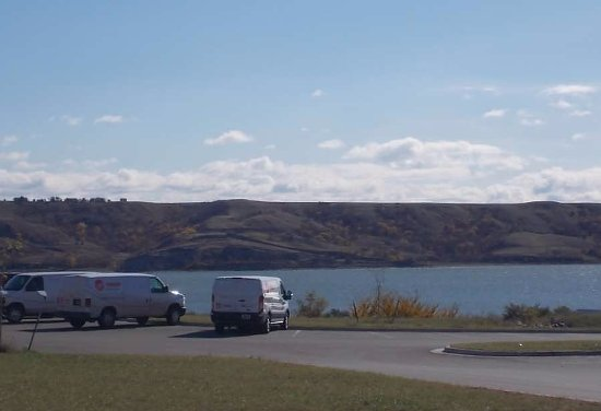 New Town, Dakota del Norte: view of the lake from the lot at the back of the lodge