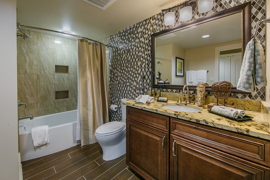 Holiday Inn Club Vacations Smoky Mountain Resort: Private Signature bathroom with luxurious amenities