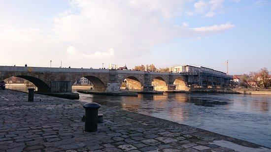 Steinerne Brücke: ソーセージを挟んだパンをほおばりながら。