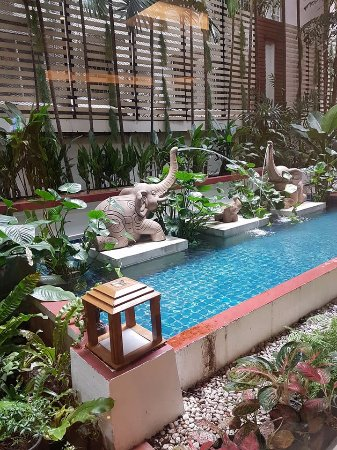 Centre Point Pratunam Hotel: small pool garden in front of hotel lobby