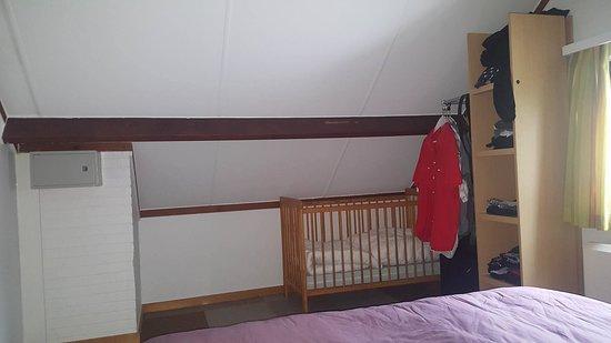 Les rangements et le lit bébé de la chambre des parents - Picture of ...
